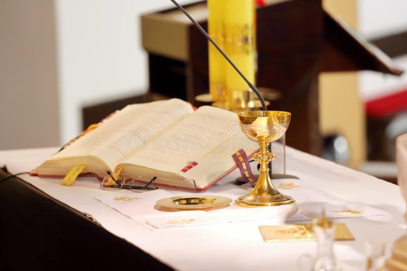 L'autel dans l'église et le calice images stock