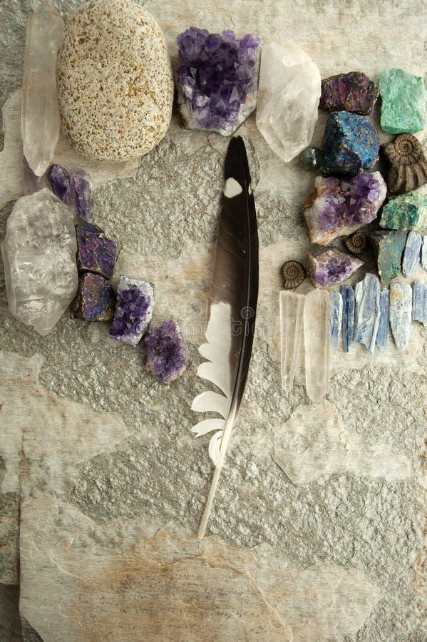 L'Autel Primitif De Cristal De Mandala En Plumes Et En Pierre photos libres de droits