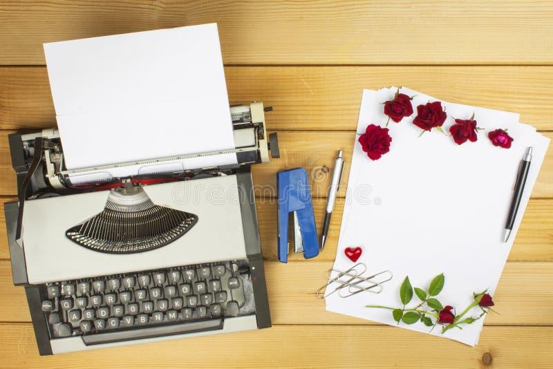 L'auteur écrit un roman roman Une lettre d'amour pour la Saint-Valentin Déclaration de l'amour écrite sur le papier image stock