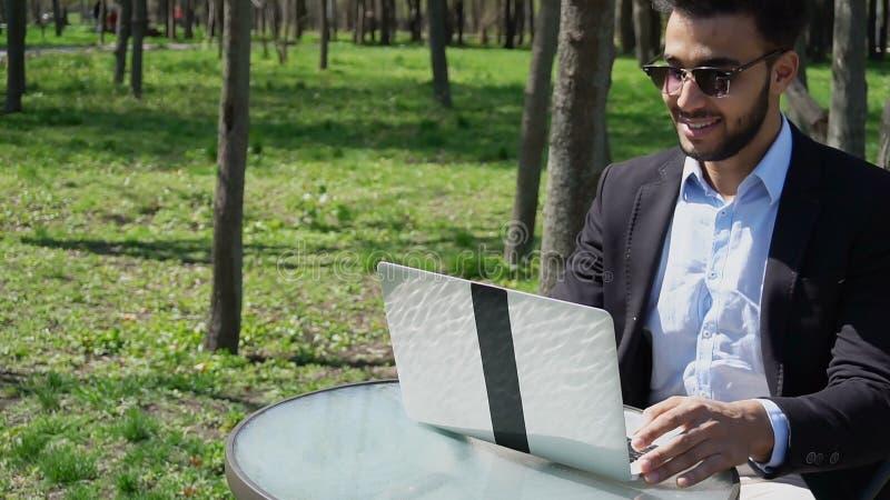 L'auteur célèbre écrivent le nouveau roman policier sur l'ordinateur portable r photos libres de droits