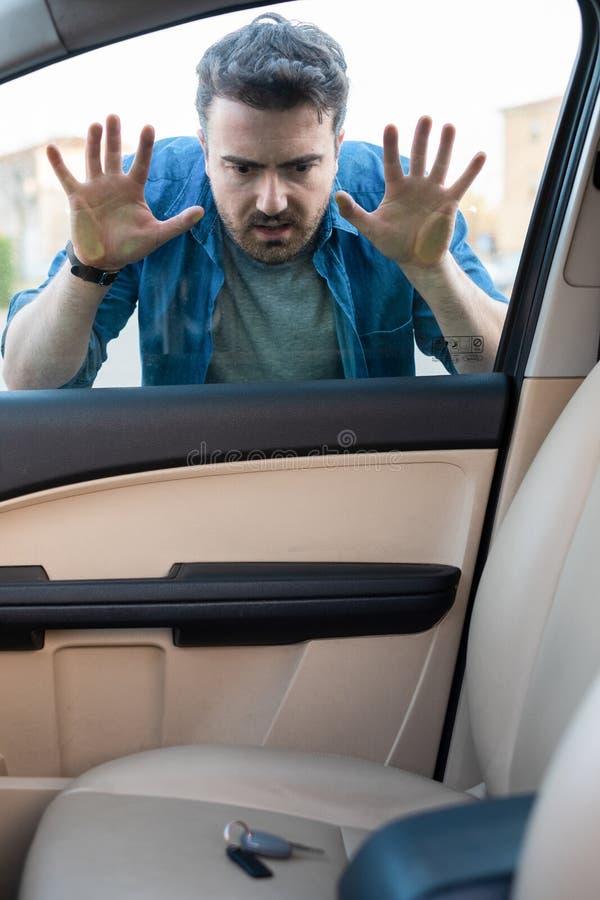 L'autista arrabbiato ha dimenticato digita l'automobile chiusa immagini stock