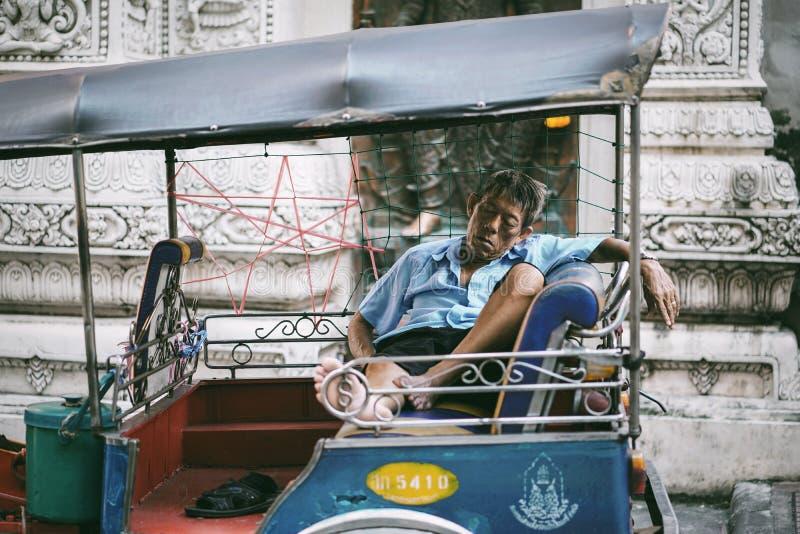 L'autista dell'uomo sta dormendo sul taxi di Tuk Tuk fotografia stock libera da diritti