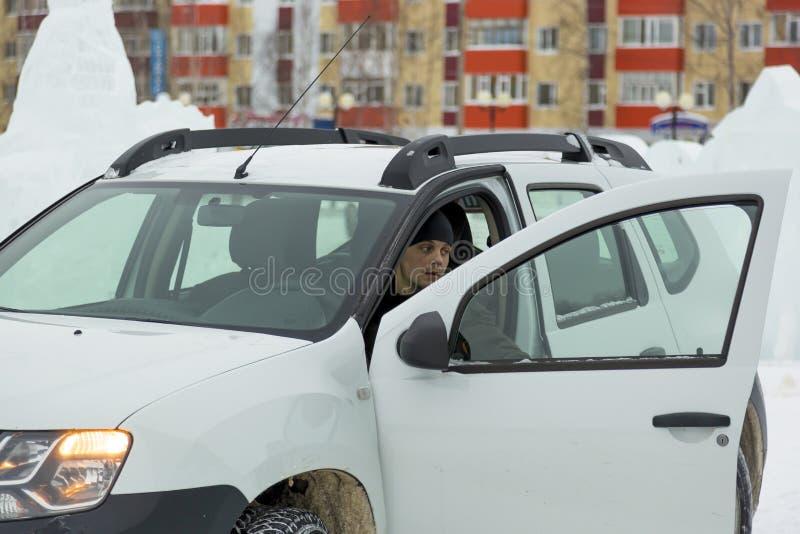 L'autista dietro la ruota di un'automobile immagini stock