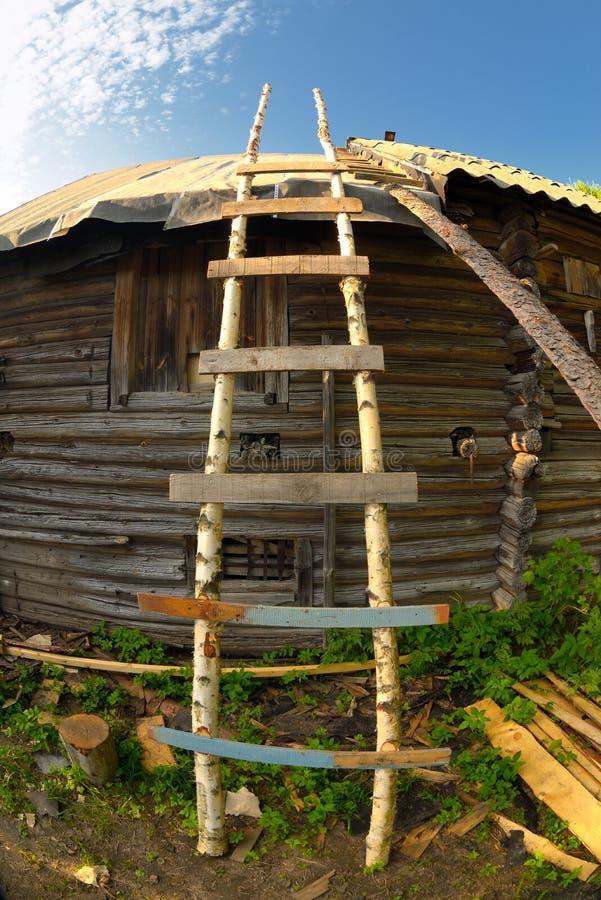 L'auto ha fatto la vecchia scala di legno vicino alla parete rurale della casa immagine stock libera da diritti