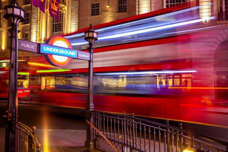 L'autobus à impériale se déplace le long de Regent Street à Londres R-U image libre de droits