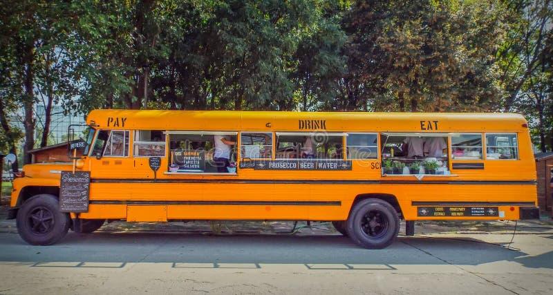 L'autobus américain orange s'est transformé en aliments de préparation rapide mobiles photos libres de droits
