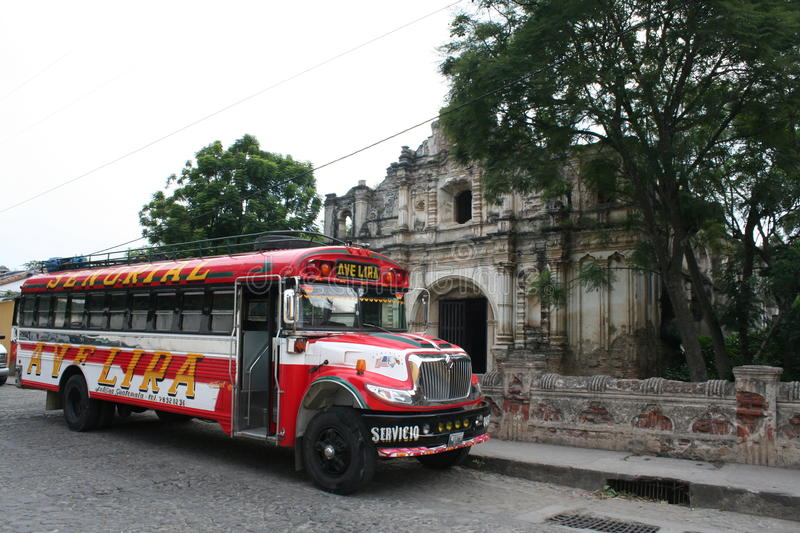 L'autobus coloré de poulet straiten dessus l'Antigua, Guatemala photo stock