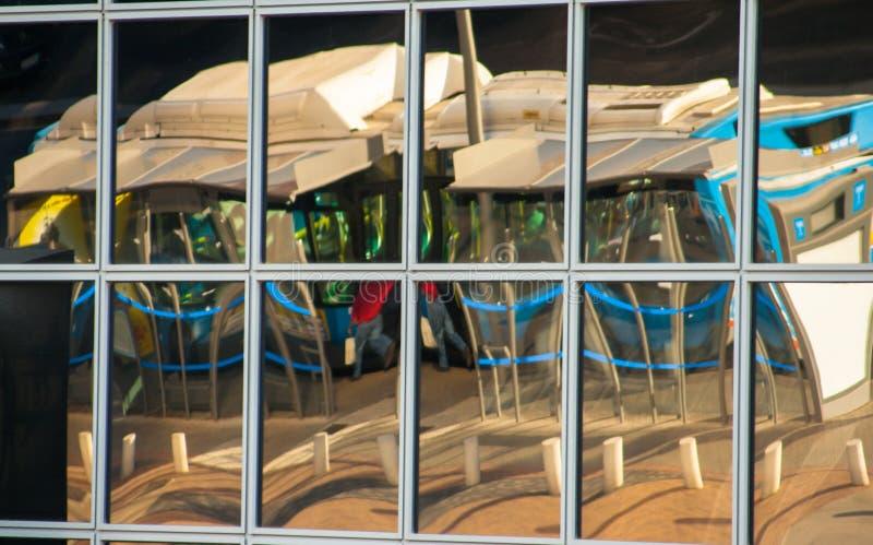 L'autobus s'est reflété dans un bâtiment R?flexions urbaines dans les b?timents Images abstraites en d?formant le mirrorsabstra photographie stock libre de droits