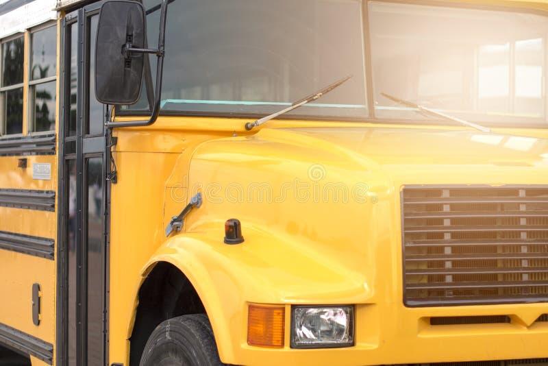 L'autobus scolaire est jaune De nouveau au concept d'?cole image libre de droits