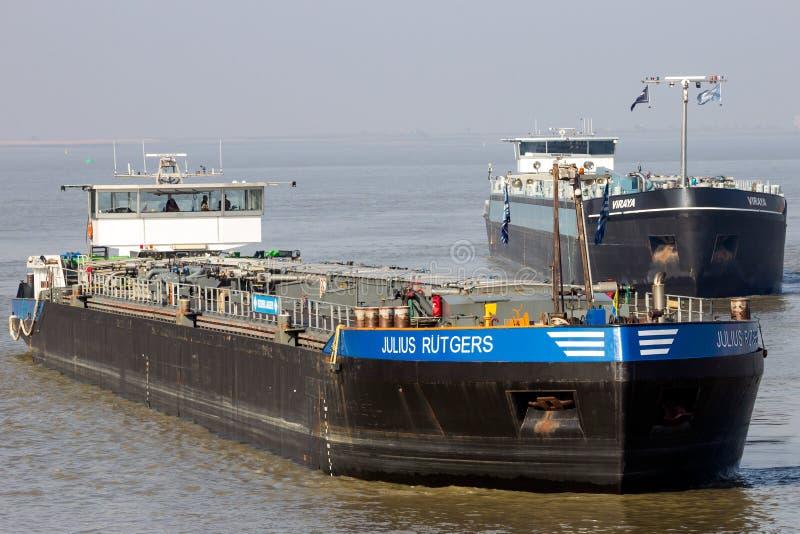 L'autocisterna barges sul fiume della Schelda vicino ad Anversa fotografia stock