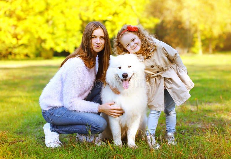 L'automne heureux de famille, la mère de portrait et l'enfant assez jeunes marchent photos stock