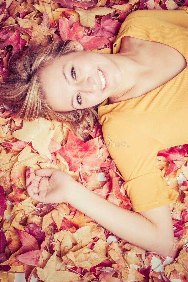 L'automne laisse la femme photographie stock libre de droits