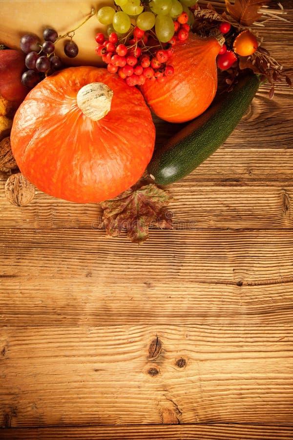 L'automne a moissonné des fruits et légumes sur le bois photos stock