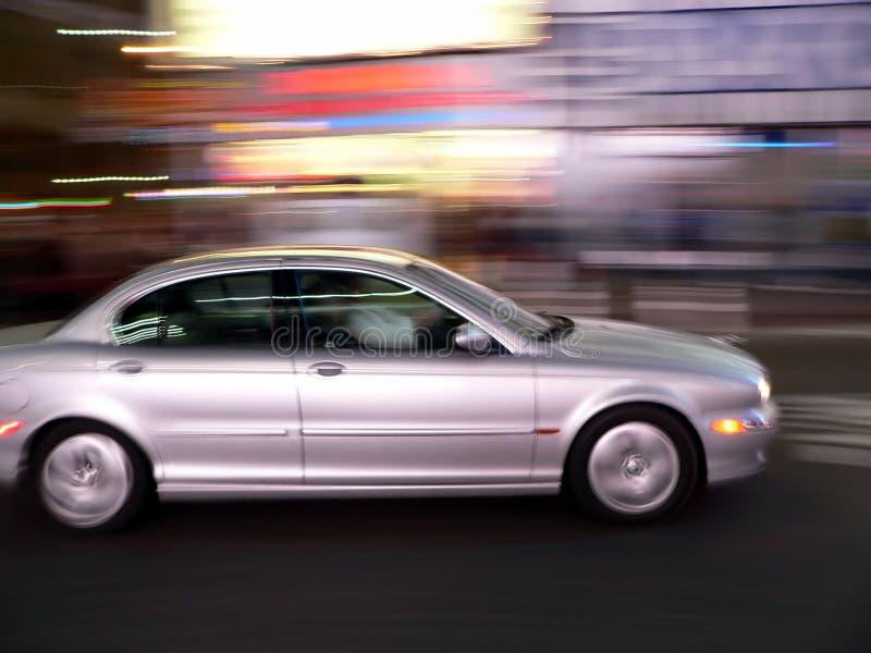 L'automobile accelera giù la via fotografia stock libera da diritti