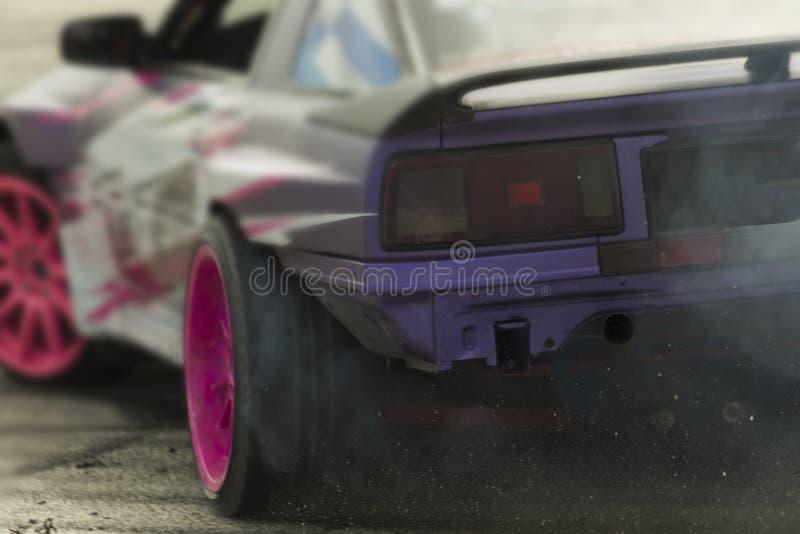 L'automobile che va alla deriva nella manifestazione di automobile colora il lato posteriore fotografia stock libera da diritti