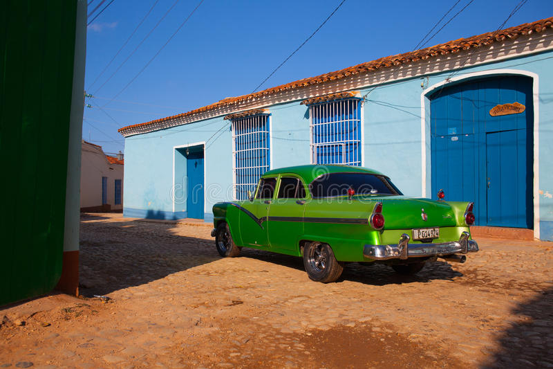 L'automobile classica americana ha parcheggiato nella vecchia città di Trinidad, cucciolo fotografia stock libera da diritti