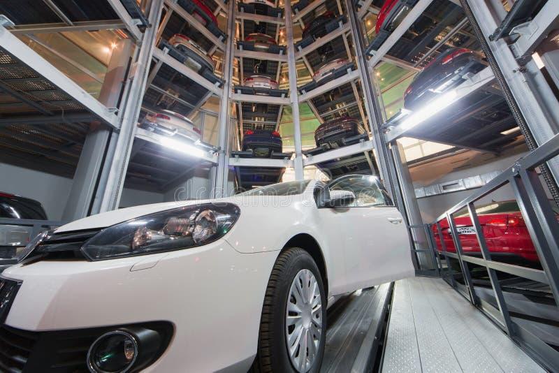 L'automobile con la porta aperta contro lo sfondo delle altre automobili immagini stock libere da diritti