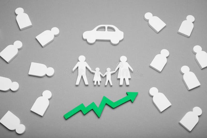 L'automobile d'achat de famille, voiture a coûté la croissance en terme des voitures image libre de droits