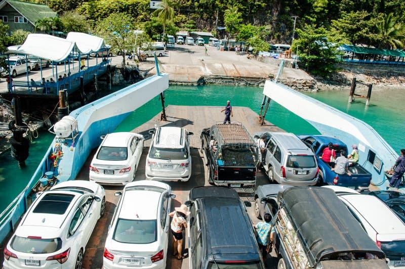L'automobile dei turisti di trasporto della nave del traghetto come ad isola fotografia stock libera da diritti