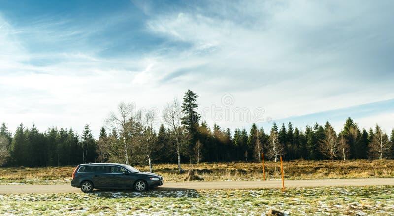 L'automobile del vagone di Volvo SUV ha parcheggiato sulla cima della montagna fotografia stock