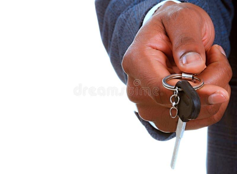 L'automobile della tenuta dell'uomo d'affari digita la sua mano immagine stock libera da diritti