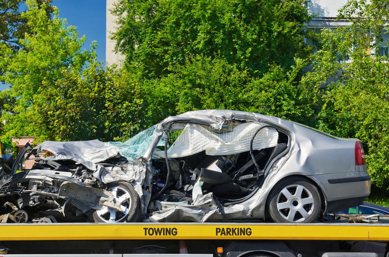 L'automobile di lusso schiantata ha parcheggiato su un camion di rimorchio. fotografia stock libera da diritti