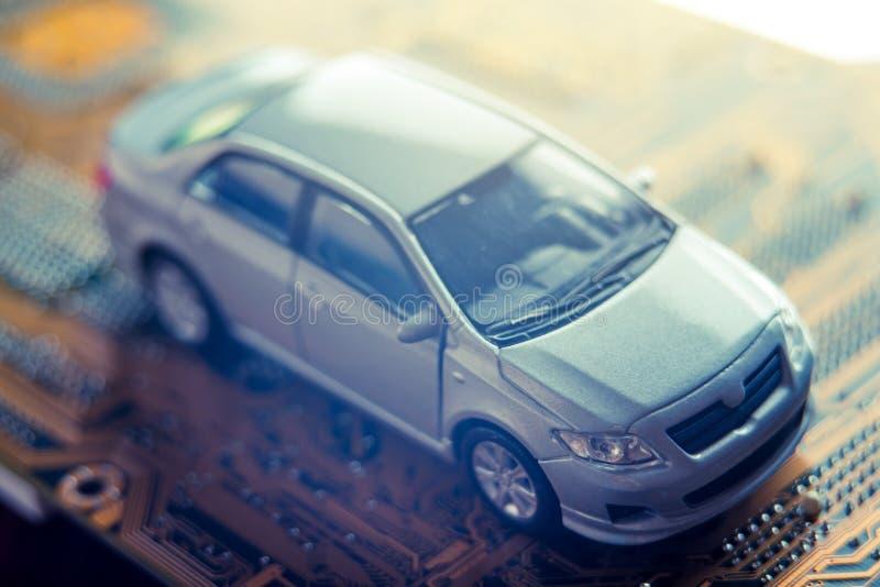 L'automobile grigia va sulla strada sotto forma di bordi elettronici Concetto di nuova tecnologia astuta in automobili moderne fotografia stock libera da diritti