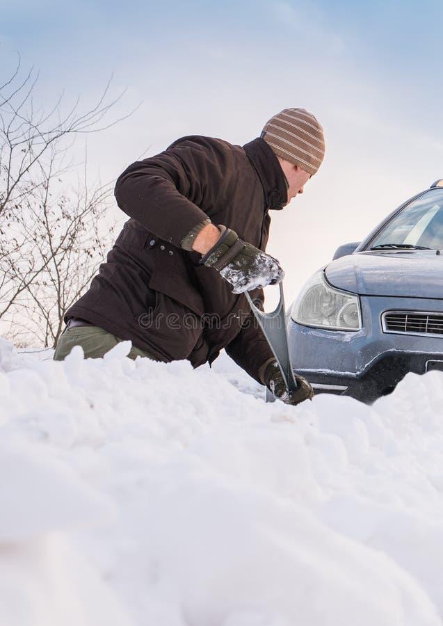 L'automobile ha attaccato in neve fotografia stock libera da diritti