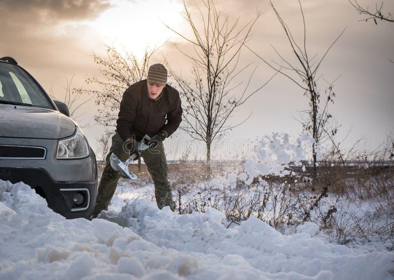 L'automobile ha attaccato in neve immagini stock libere da diritti