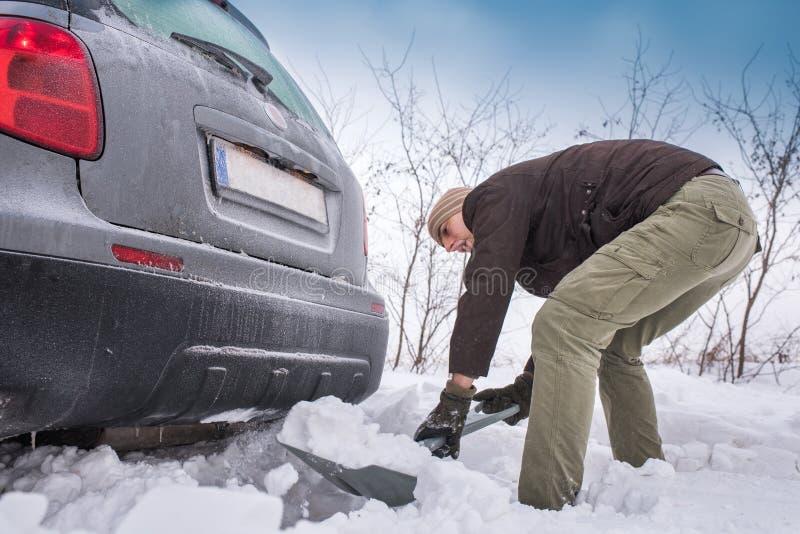 L'automobile ha attaccato in neve fotografie stock libere da diritti