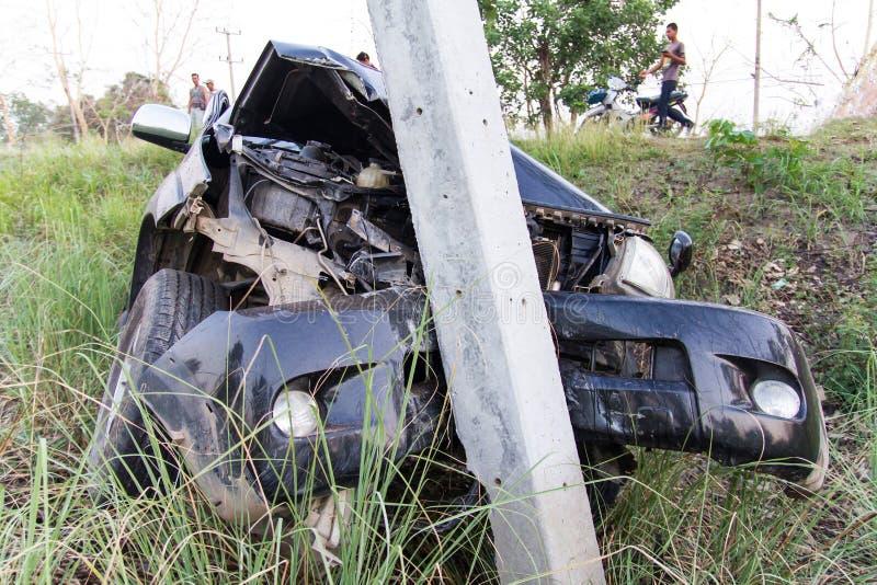 L'automobile ha colpito un palo di potere immagine stock libera da diritti