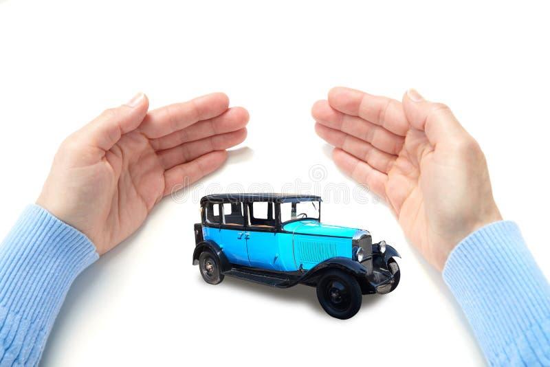 L'automobile in palme fotografie stock