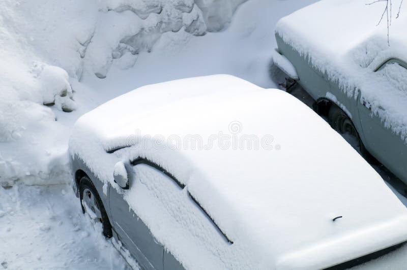 L'automobile parcheggiata è stata coperta di strato uguale di neve bianca immagine stock