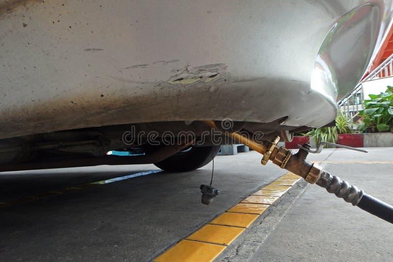 L'automobile rifornisce di carburante il GPL dall'ugello della pompa alla stazione di servizio immagine stock libera da diritti