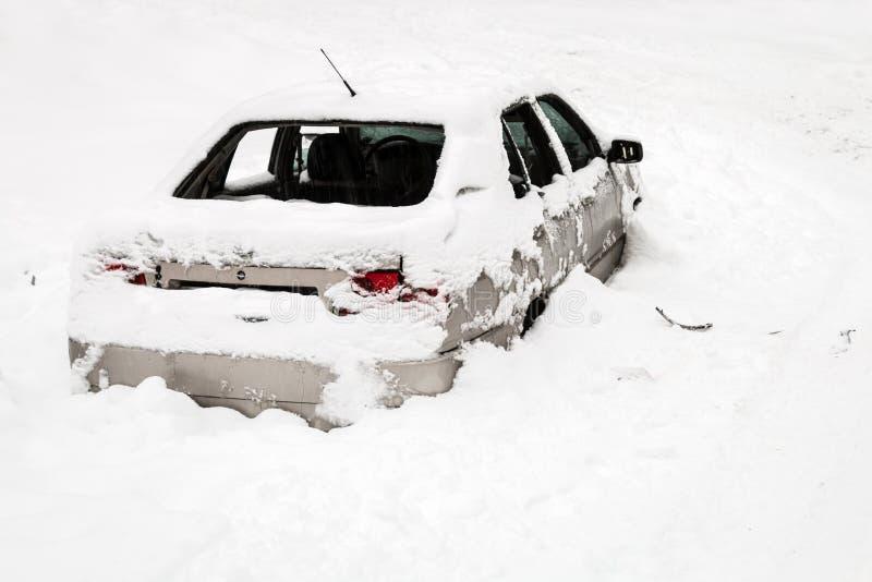 l'automobile si distrugge nella neve immagini stock libere da diritti