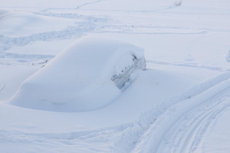 L'automobile sotto la neve fotografie stock libere da diritti