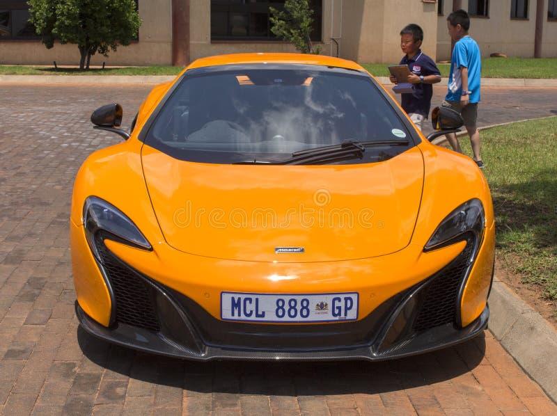 L'automobile sportiva arancio MacLaren fotografia stock libera da diritti