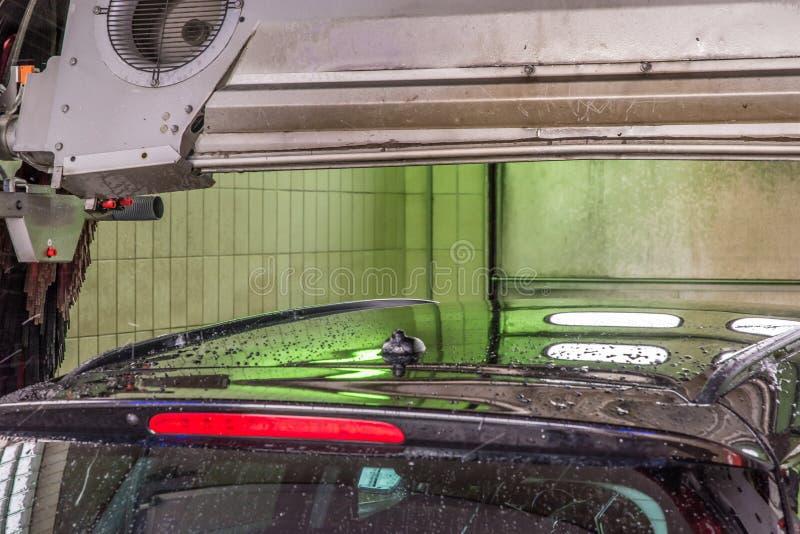 L'automobile in un autolavaggio è asciugata dall'essiccatore dell'aria fotografia stock libera da diritti