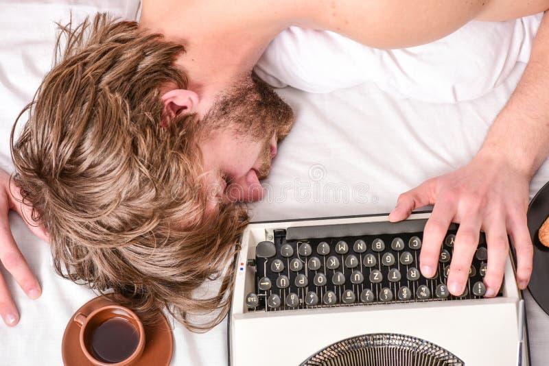 L'autore ha arruffato i capelli cade addormentato mentre scriva il libro La stakanovista cade addormentato Uomo con sonno della m fotografie stock libere da diritti
