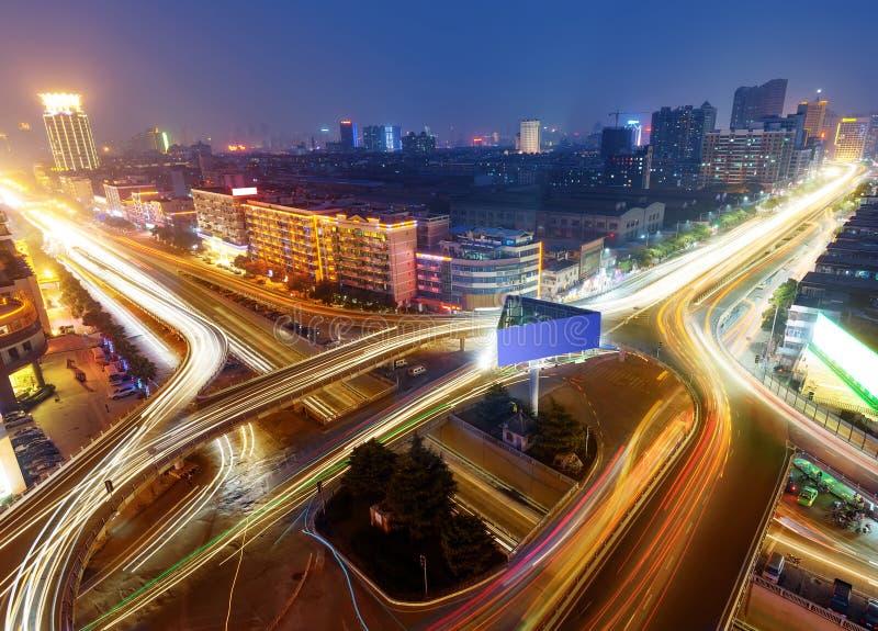 Viaduc urbain moderne la nuit images libres de droits