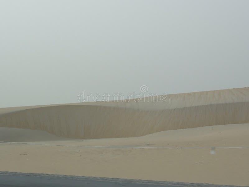 L'autoroute de Moyen-Orient dans le désert photographie stock libre de droits