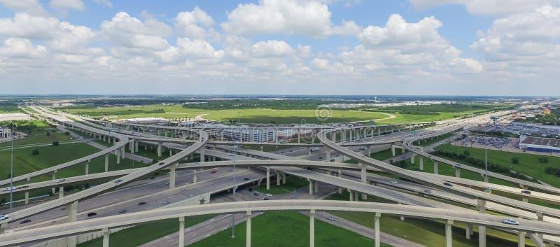 L'autoroute panoramique 10 d'un état à un autre de Katy de survol empilent l'échange c image libre de droits
