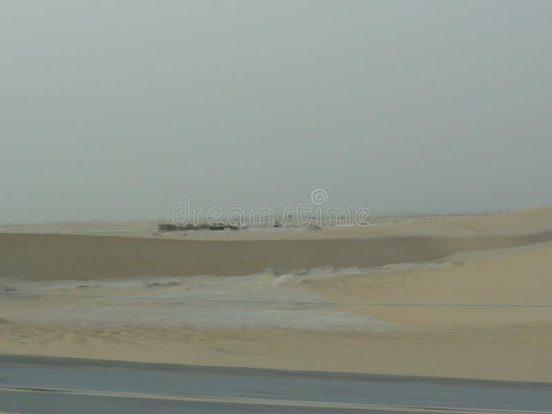L'autostrada senza pedaggio di Medio Oriente nel deserto immagine stock libera da diritti