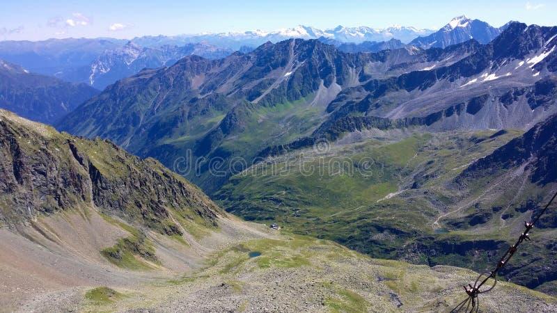l'autriche ` Alpin de Stubai de ` de région Vue de par l'intermédiaire de ferrata au ` de Rinnenspitze de ` photo stock
