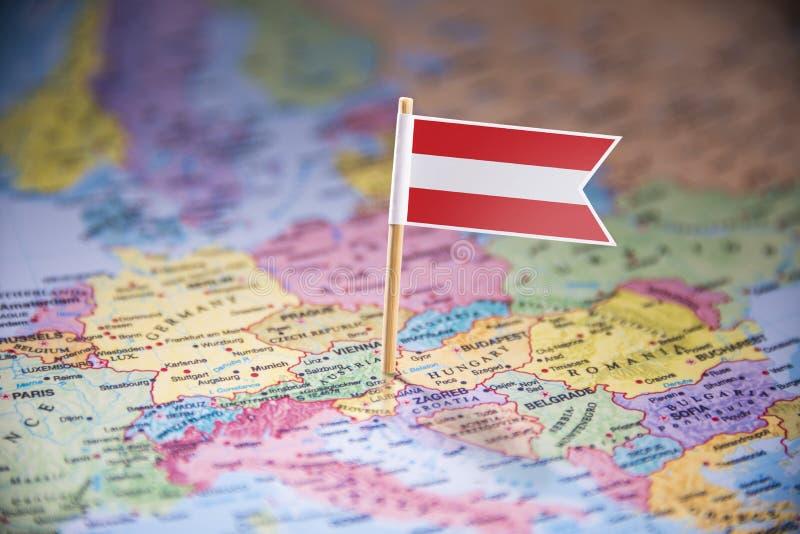 L'Autriche a identifié par un drapeau sur la carte photos libres de droits