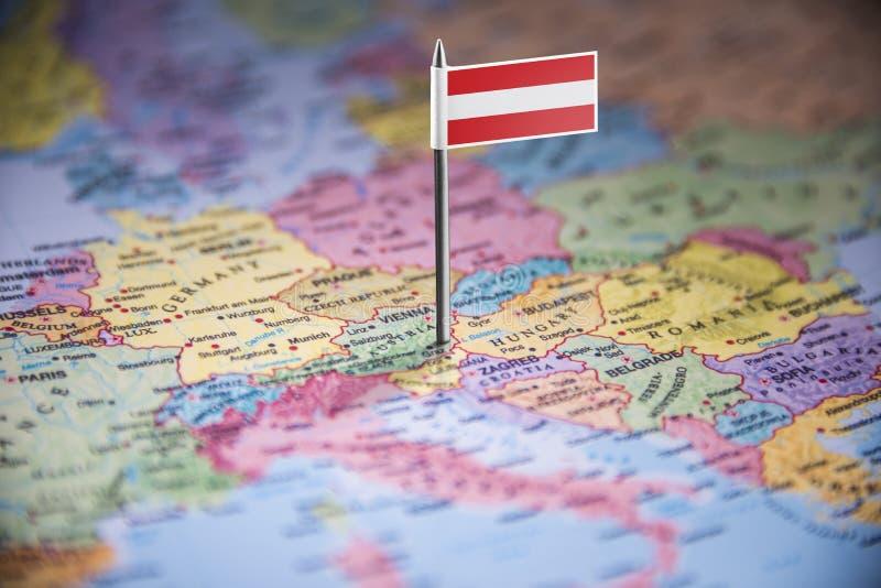 L'Autriche a identifié par un drapeau sur la carte images stock