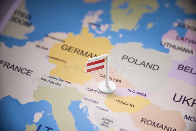 L'Autriche a identifié par un drapeau sur la carte photos stock