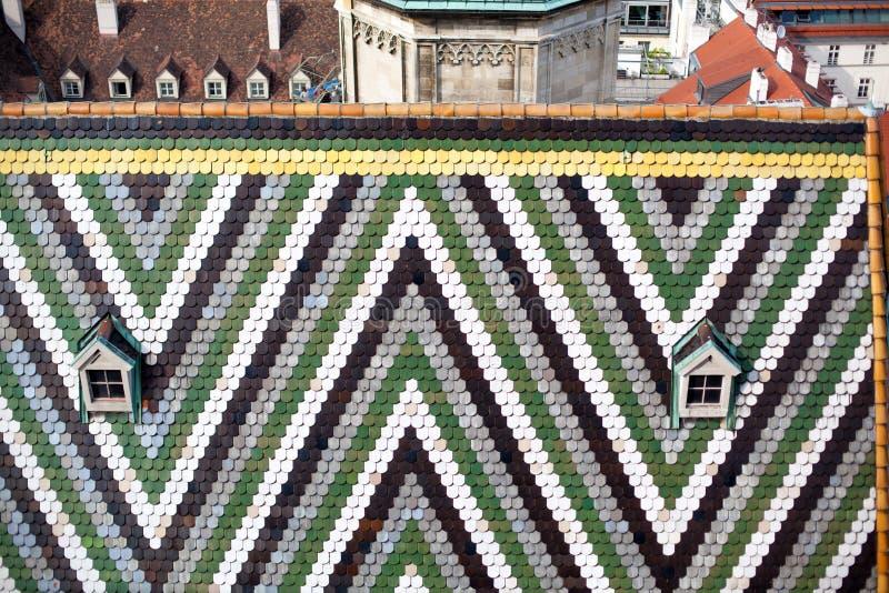 L'Autriche, Vienne, paysage urbain de capitale, toit carrelé avec le modèle de la cathédrale du ` s de St Stephen photo stock