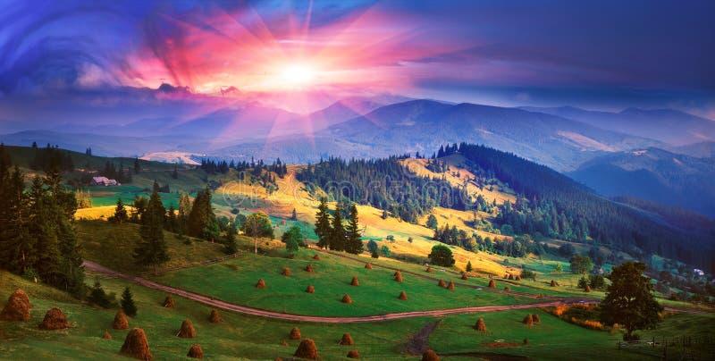 L'autunno è venuto alle montagne carpatiche fotografie stock