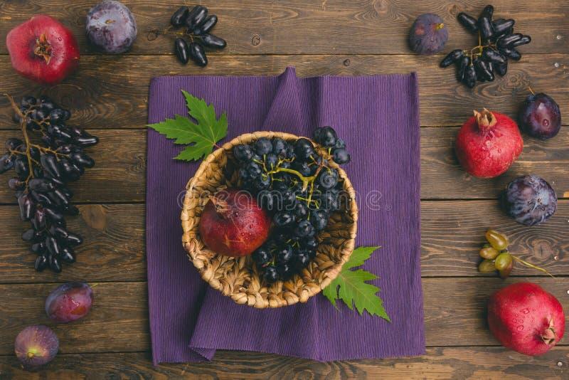 L'autunno fruttifica merce nel carrello su fondo di legno fotografia stock